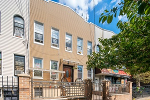 Bushwick, Brooklyn: Free Market 4 Family Townhouse for Sale - Prime Walk-Score